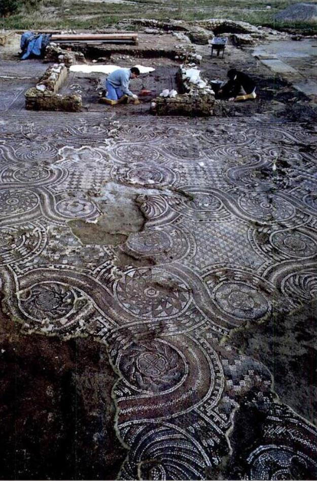 Archeologi intenti a pulire i mosaici della chiesa A