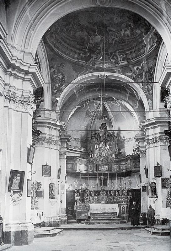 L'interno della Chiesa di S. Francesco, in uno scatto degli anni Cinquanta del Novecento [foto Archivio Pilone]