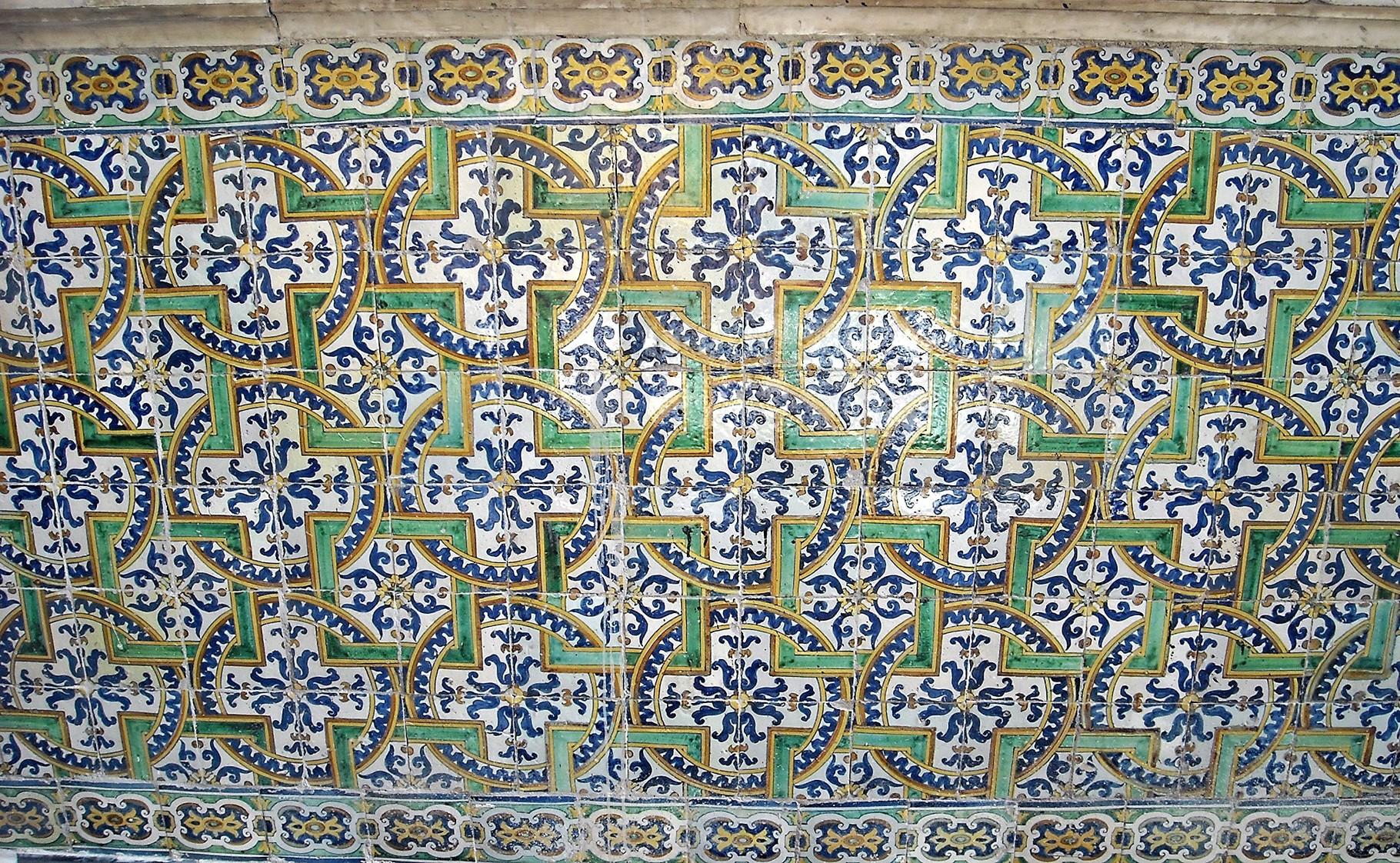 Particolare del basamento a maiolica dai colori brillanti, che corre lungo la parete della Cappella (XVII sec.)