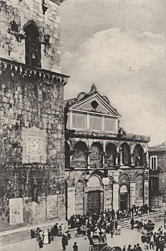 """La facciata della Cattedrale di Benevento, con la sua magnifica """"Ianua Maior"""", composta da formelle raffiguranti i vescovi suffraganei dell'arcidiocesi metropolitana; la Cattedrale venne pesantemente danneggiata nei bombardamenti dell'ultima Guerra"""