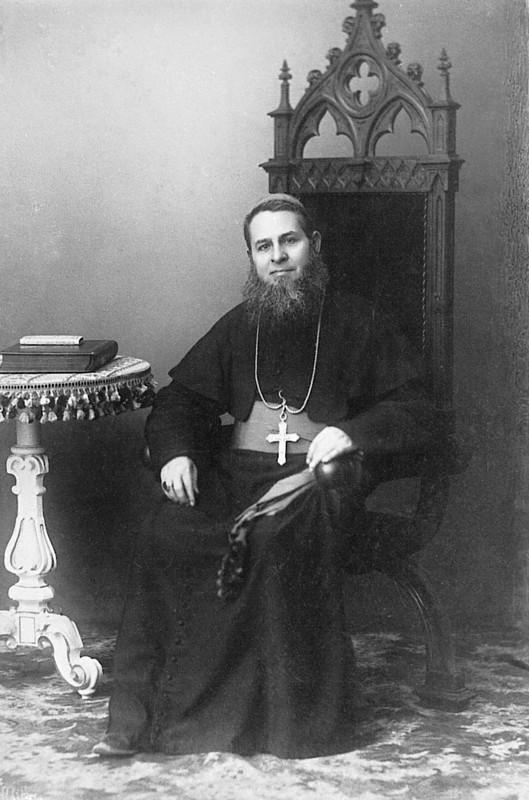Mons. Bernardino di Milia (1839-1910), vescovo di Larino dal 1891 alla morte. In precedenza era stato Delegato apostolico presso le Repubbliche di  Santo Domingo, Haiti e Venezuela. Collaborò al rinvenimento dei resti mortali di Colombo