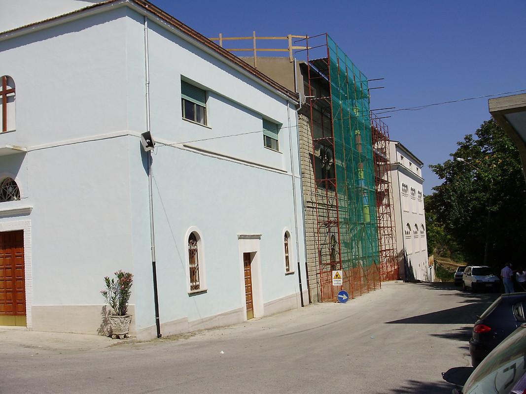 ... gli edifici attigui, in fase di restauro, dopo il sisma del 31 ottobre 2002 ...
