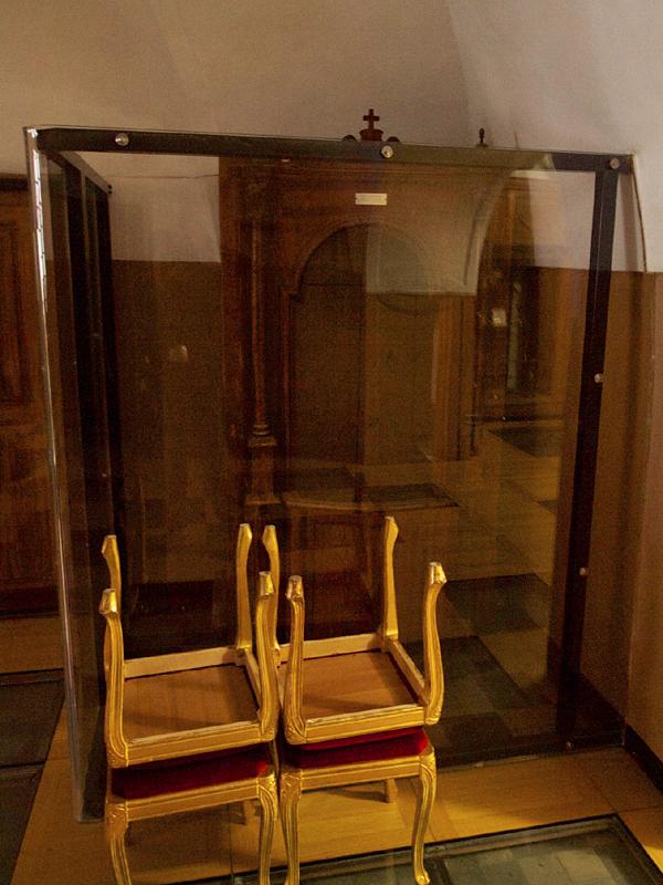 Questo è invece il confessionale di cui ci stiamo occupando, un tempo sistemato nella vecchia chiesa, e finito a Larino