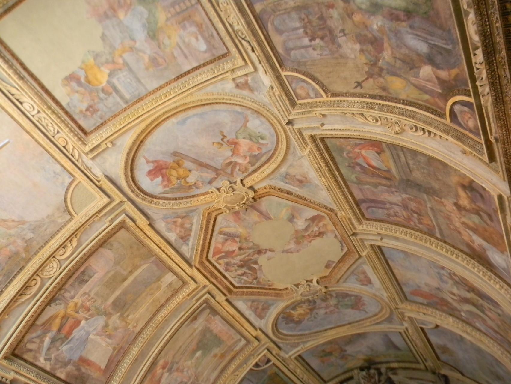 """B. CORENZIO-A. NUCCI-V. DE PINO, """"SS. Trinità"""" (quasi illeggibile) e """"Angeli con gli strumenti della Passione""""  (1597-1599), affresco [foto Peppe Guida]"""