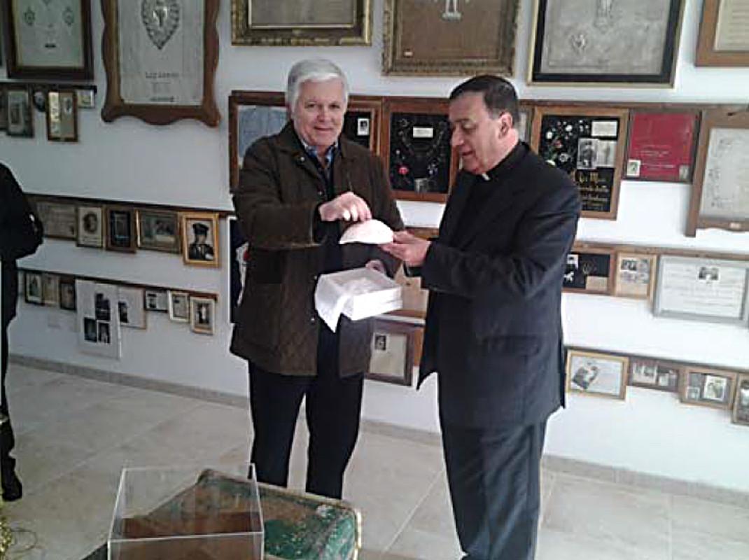 ... la consegna di un dono da parte del Papa emerito S.S. Benedetto XVI ...