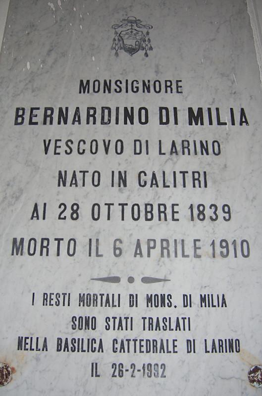 Lapide affissa nella Cappella settecentesca di S. Primiano, dove il corpo di mons. di Milia venne tumulato, prima della traslazione nella Cattedrale cittadina, in occasione del Giubileo colombiano