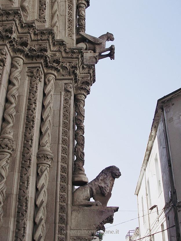Cattedrale di Larino leone stiloforo con grifo nel portale