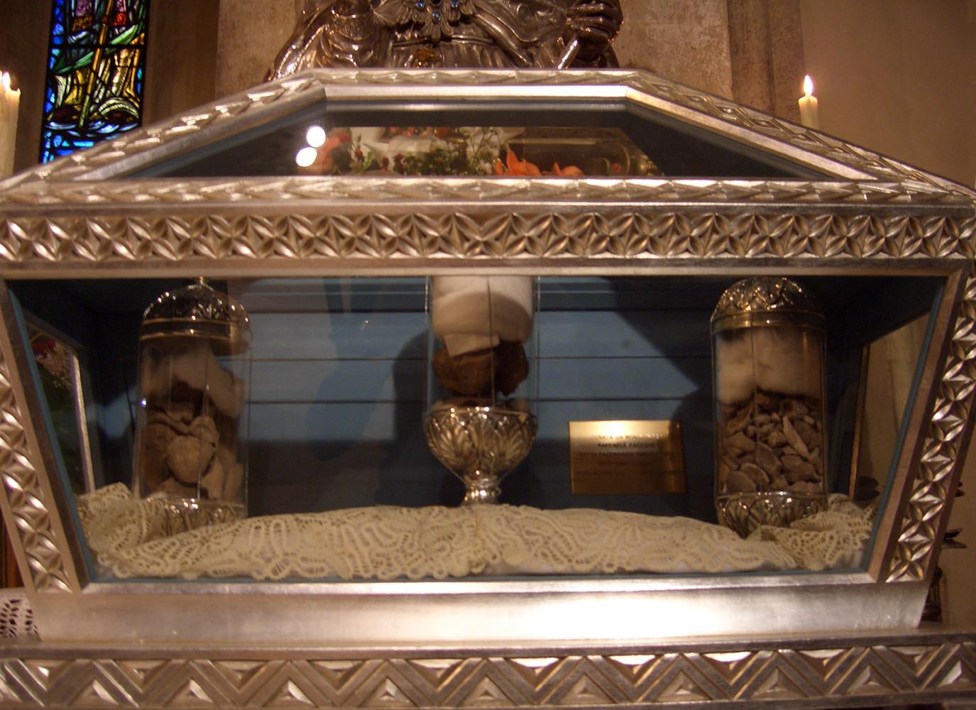 La nuova urna donata da mons. Raffaele Faccone, Presidente del Capitolo della Concattedrale, in occasione del suo 50° di sacerdozio (1992) [foto Miscione]