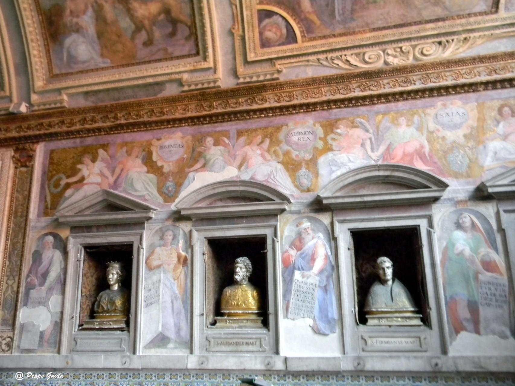 """Una diversa inquadratura della medesima parete; sopra i busti, gli """"Angeli che indicano i nomi dei Profeti"""", del CORENZIO e aiuti [foto Peppe Guida]"""
