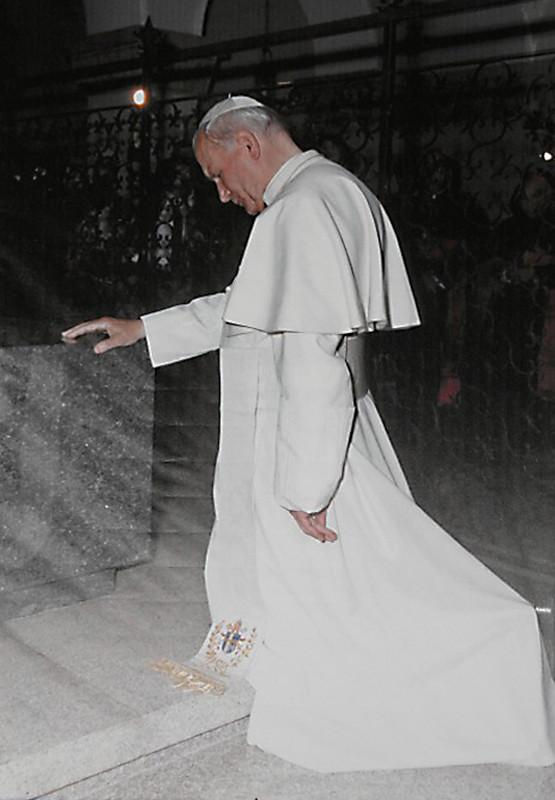 S.S. Giovanni Paolo II prega sulla tomba del Cappuccino stigmatizzato (San Giovanni Rotondo, 23 maggio 1987)