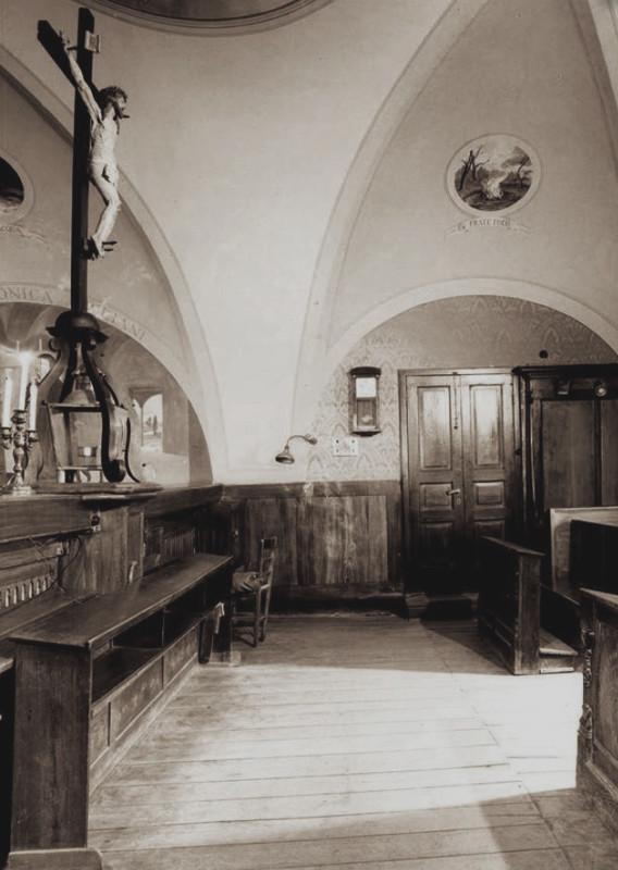 Il coro della vecchia Chiesa conventuale, intitolata a Santa Maria delle Grazie, dove il 20 settembre 1918 Padre Pio ricevette le stimmate permanenti, mentre era assorto in preghiera davanti al Crocifisso ligneo, opera di anonimo del XVII sec.