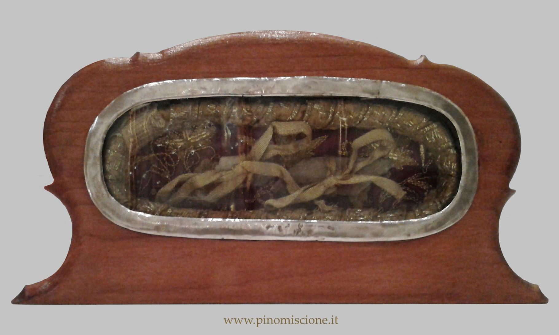 Teca-reliquiario in argento (1696), realizzata sotto l'episcopato di mons. Giuseppe Catalani (1686-1703), donatore anche del trafugato busto argenteo; in occasione della festa del Santo, la teca è inserita all'interno del tronetto dorato [foto Miscione]