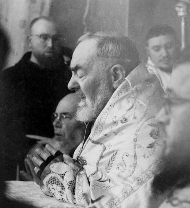 Padre Pio durante l'Adorazione eucaristica