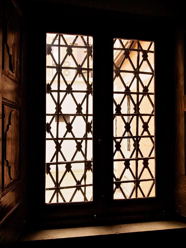 La finestra che dà luce alla vecchia sagrestia