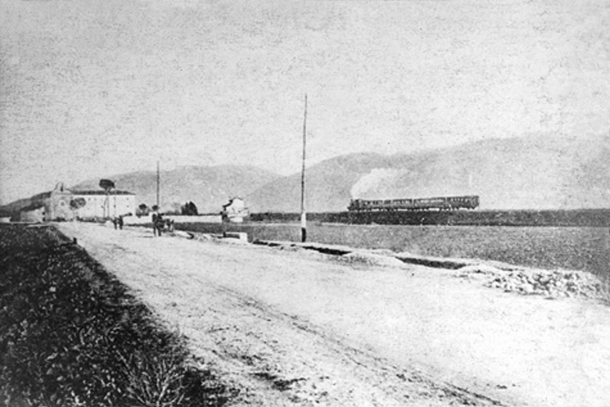 Il treno, partito dalla stazione di Venafro, sfreccia davanti al convento di S. Nicandro
