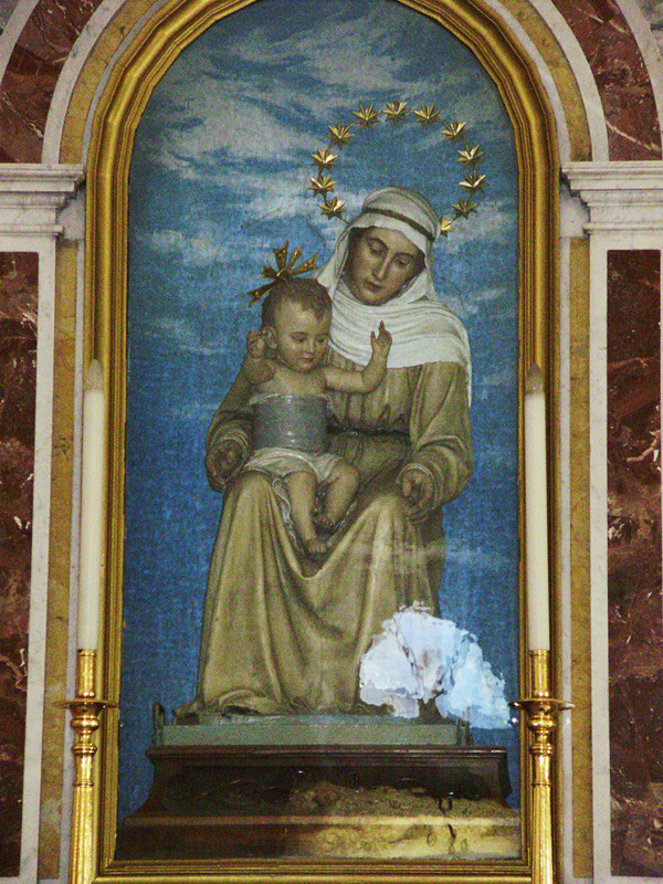 ... regge sulle ginocchia il bambino, senza toccarlo con le sue braccia ...