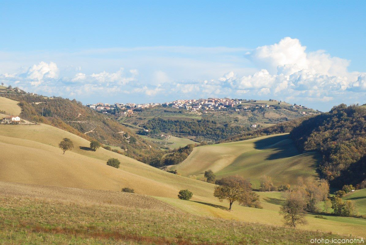 da lontano, il Montarone e le prime case di Larino