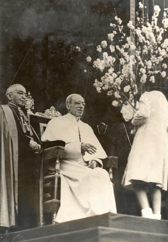 S.S. Pio XII riceve un omaggio floreale da una giovane ragazza
