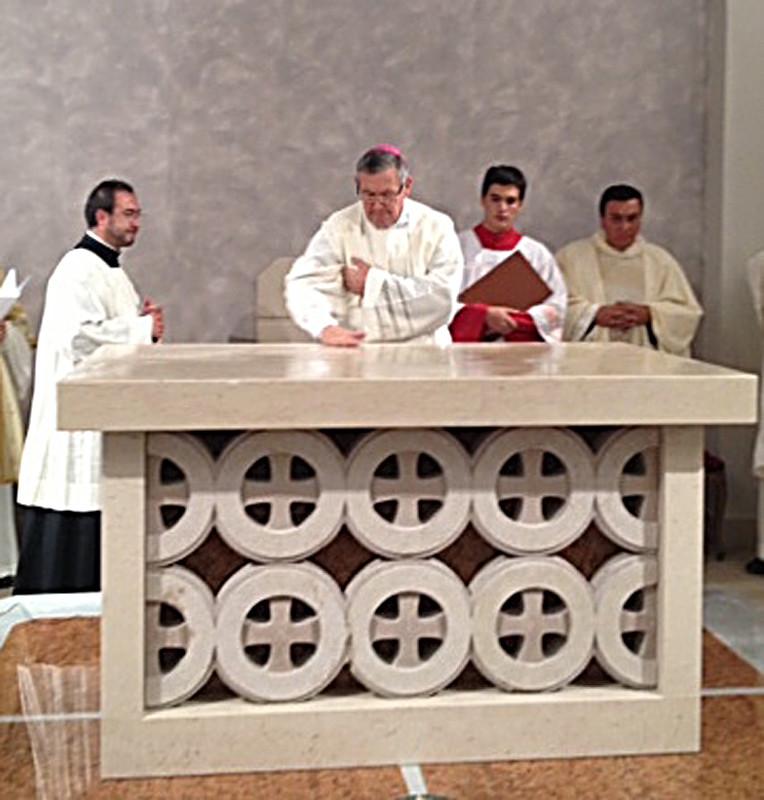 ... consacra il nuovo altare, composto con marmi prelevati da quello vecchio della Cattedrale di Termoli ...