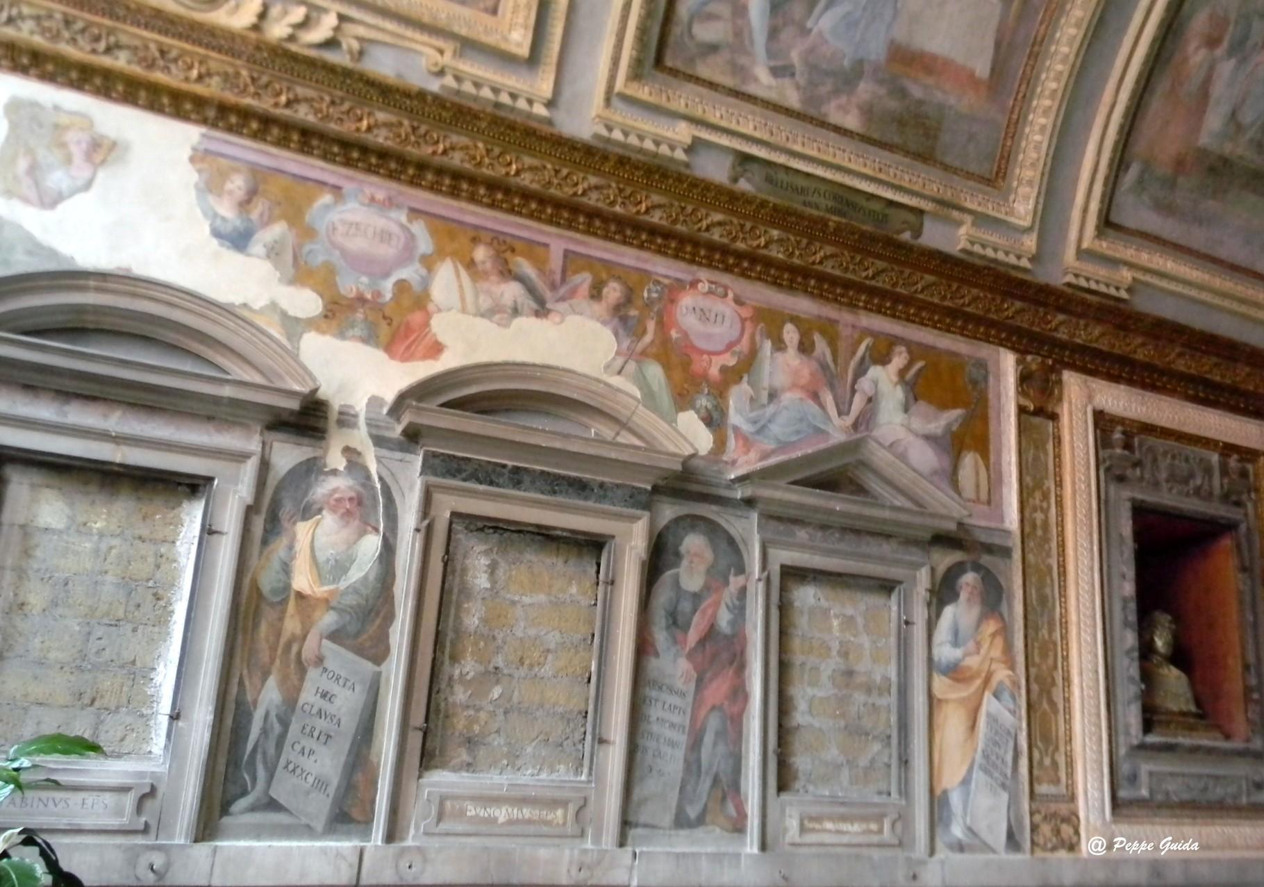 """Le nicchie realizzate da G. DOSIO, attualmente murate; sopra, gli """"Angeli che indicano i nomi dei Profeti"""", del CORENZIO e aiuti [foto Peppe Guida]"""