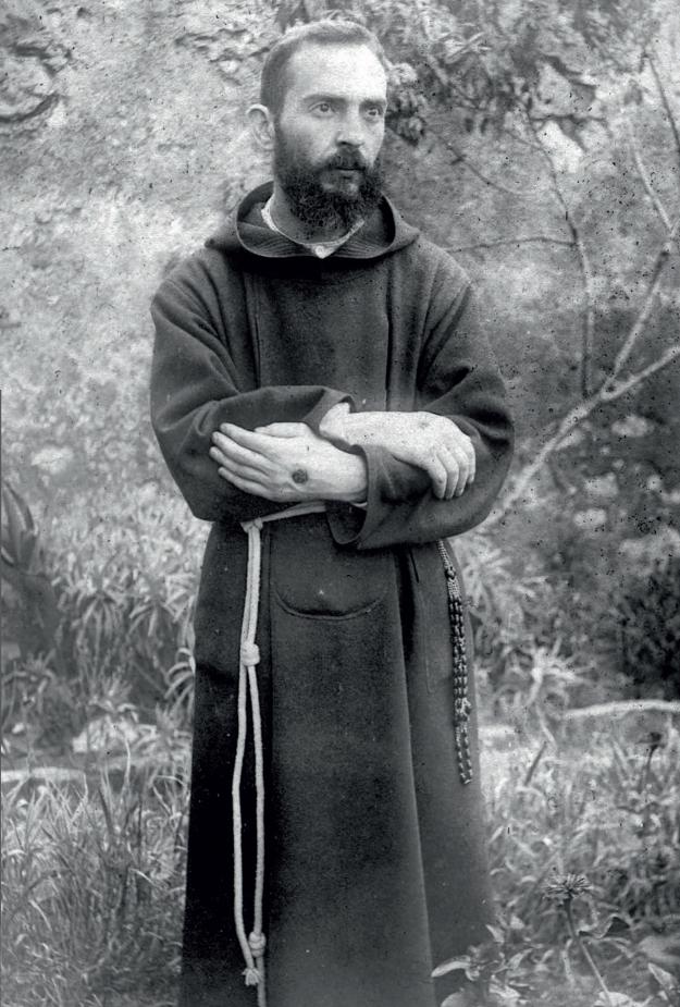 Padre Pio mostra le sue stimmate all'interno del giardino del convento di S. Giovanni Rotondo agosto 1919