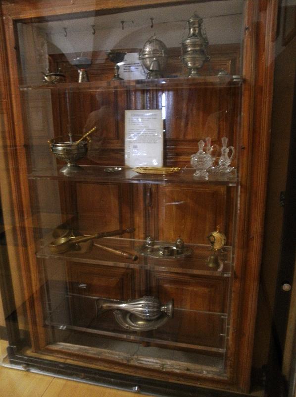 Una bella raccolta di oggetti e vasi liturgici