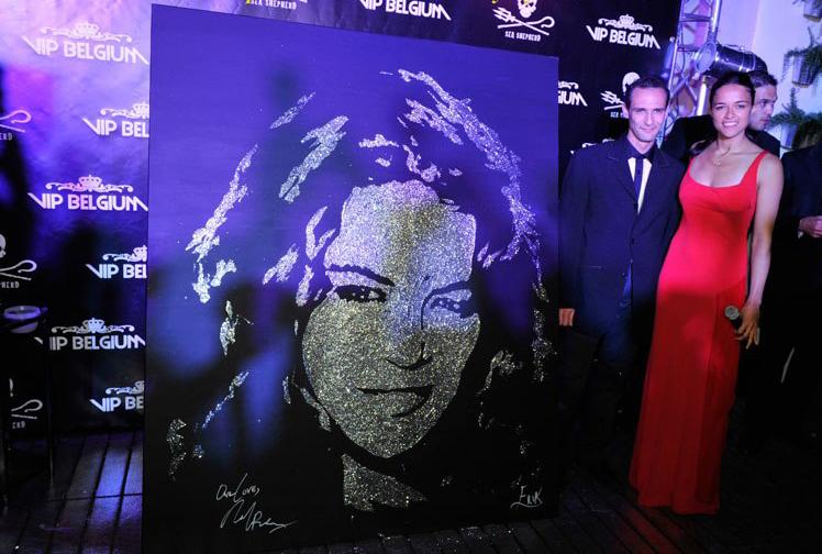 la star Michelle Rodriguez avec son portrait glitter painting sur la plage du Carlton à Cannes