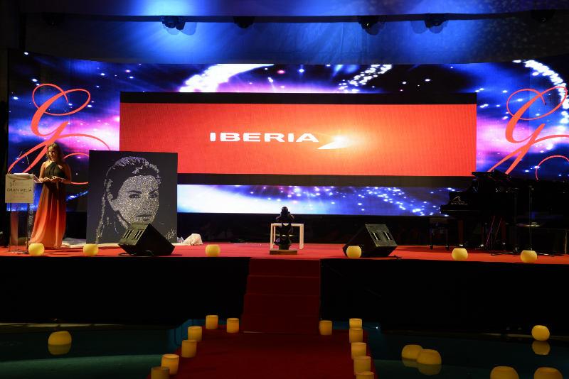 Scène du global gift gala de Marbella avec le portrait paillettes d'Eva Longoria