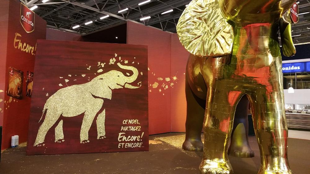 Elephant cote d'or en glitter painting sur le stand du salon du chocolat de paris