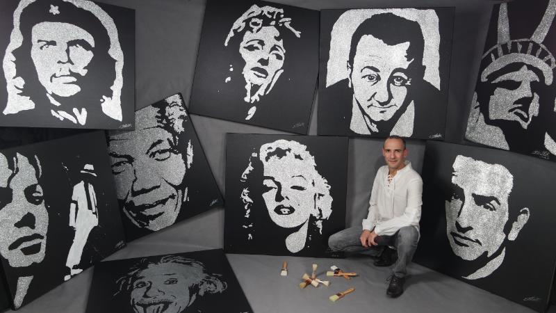 Le peintre erik black avec ses œuvres - tableaux paillettes de Coluche, Nelson Mandela, Albert Einstein, Edith Piaf, Mickael Jackson...