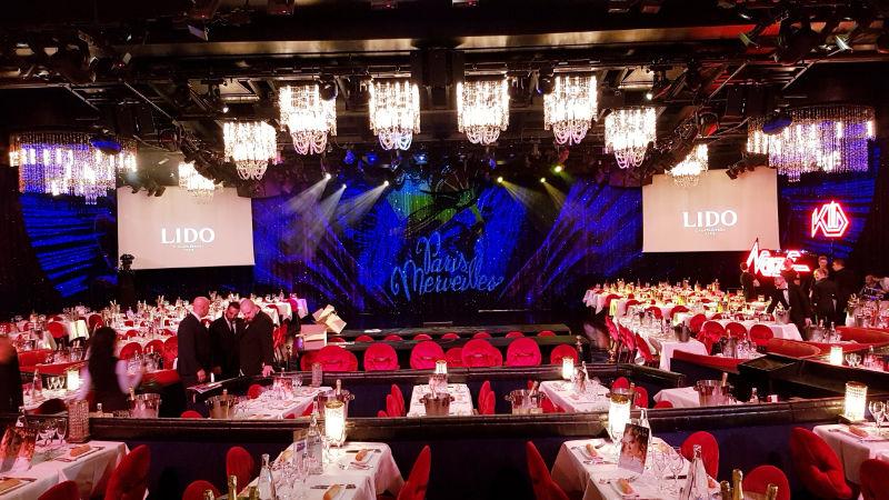 La salle et la scène du Lido avant le grand show de glitter painting d'EriK BLACK