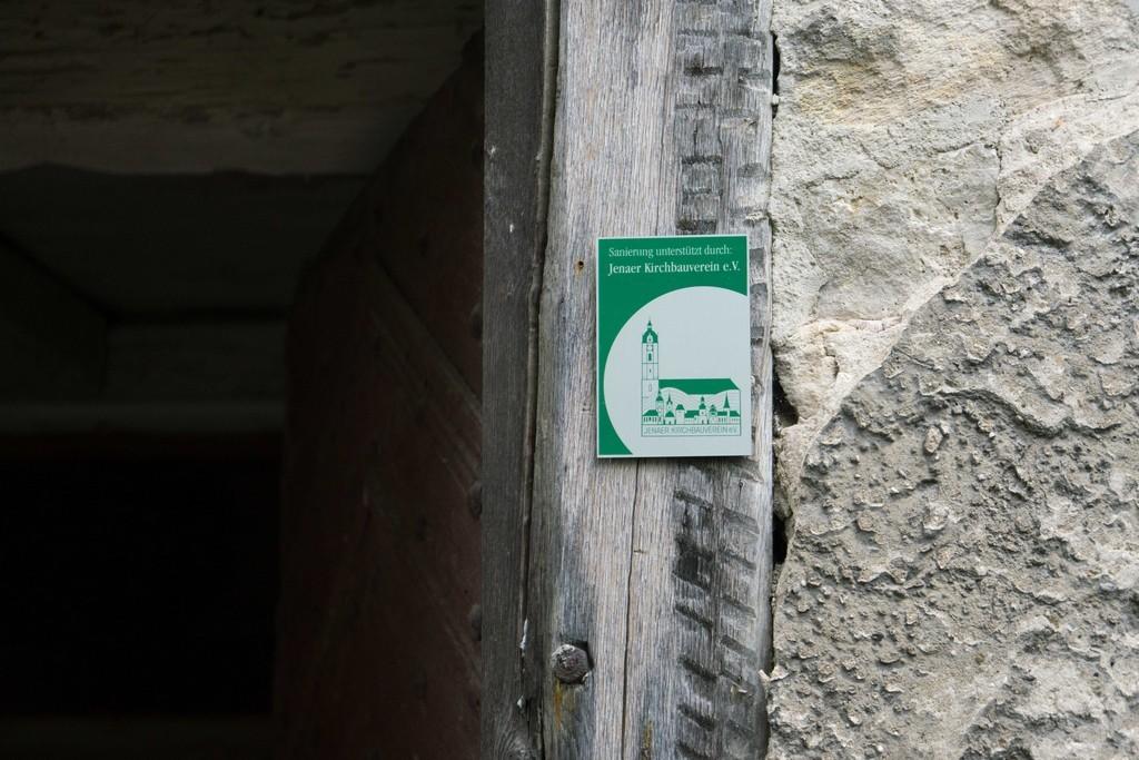 Am Eingang zur Kirche: die KBV-Plakette