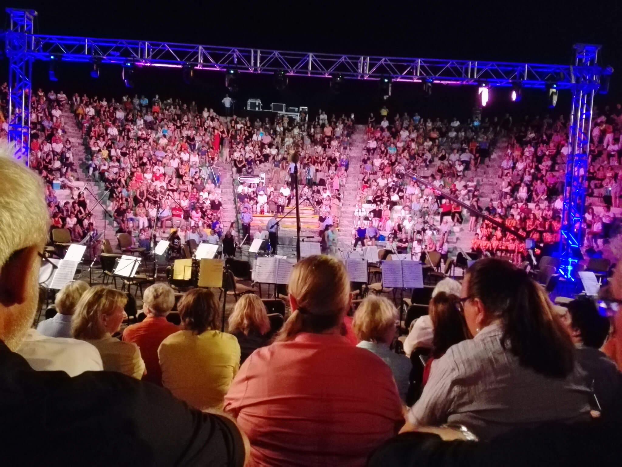 Die Konzertbesucher strömen auf die Ränge
