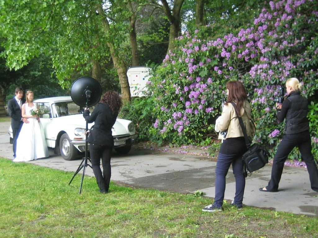 Foto Shooting Scene: Brautpaar mit Hochzeitslimousine