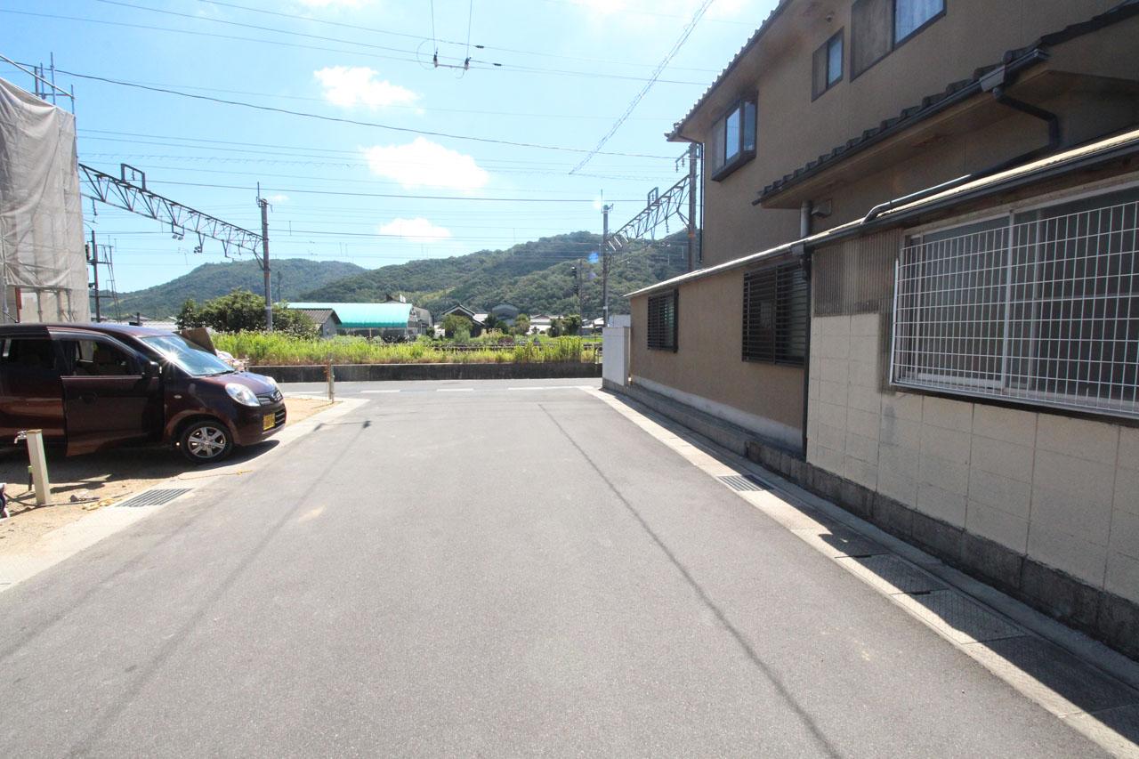 現地 隣接道路(8月上旬撮影)