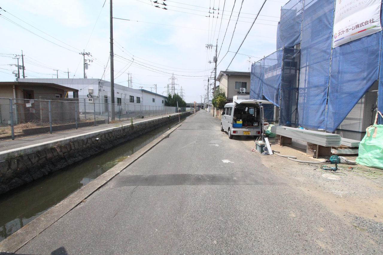 隣接道路(8月上旬撮影)