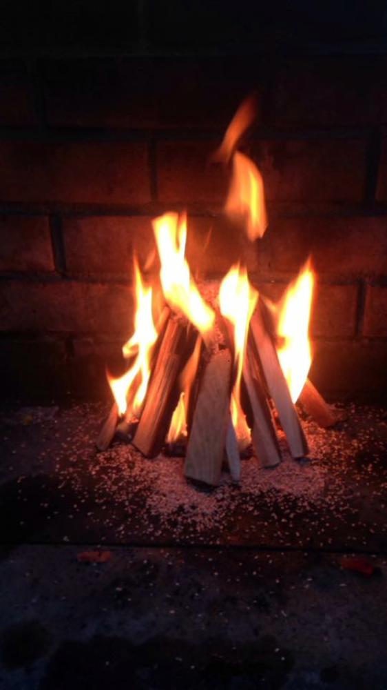 Zuerst das Feuer zum Grillen der Paprika