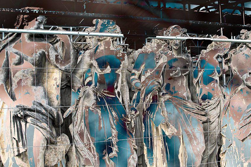 Entblößte königliche Hofdamen warten auf das Bankett. Nach einer Vorlage: Fassadenskulpturen vom Neuen Palais (Hofdamenflügel, in der Restaurierungsphase)/Stiftung Preußische Schlösser und Gärten Berlin-Brandenburg, Potsdam