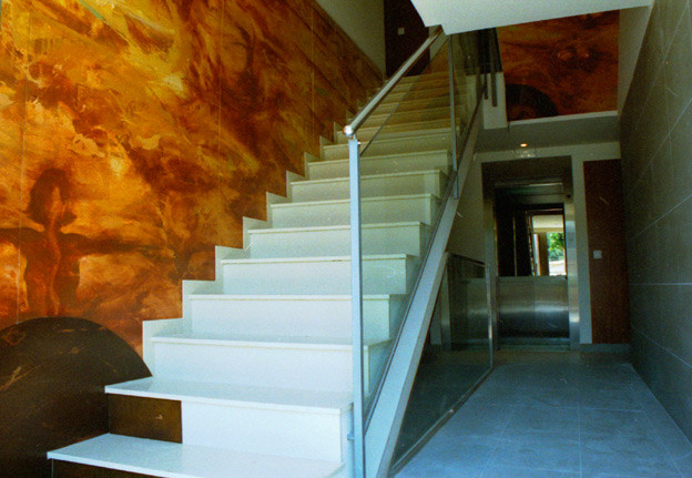 Vestibulo en edificio de viviendas. Quart. Girona. Acrílico sobre madera. (500x260)