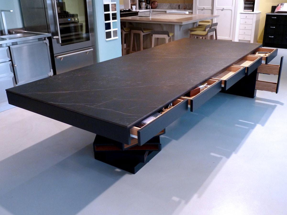 Table de réception tiroirs en bois, dessus en Dekton Kelya  (Design Ateliers Malegol - Mathieu Le Guern)