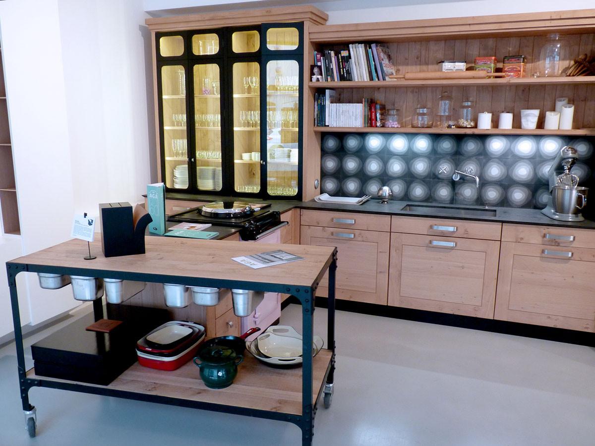 Cuisine esprit Atelier avec vaisselier vitrée, crédence en carreaux de ciment, plan de travail mobile desserte