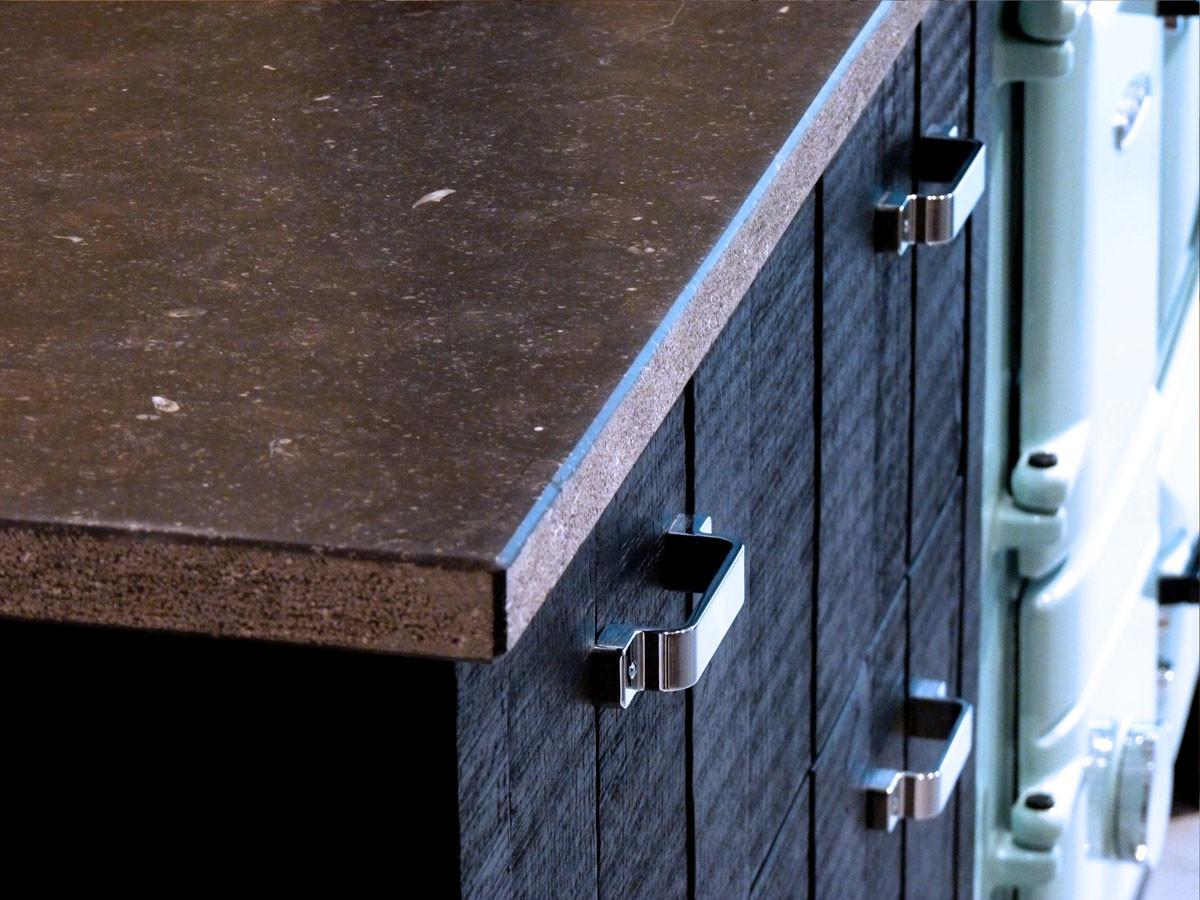 Détail meuble cuisine, plan pierre bleue du Hainault, façades bois massif peint en noir
