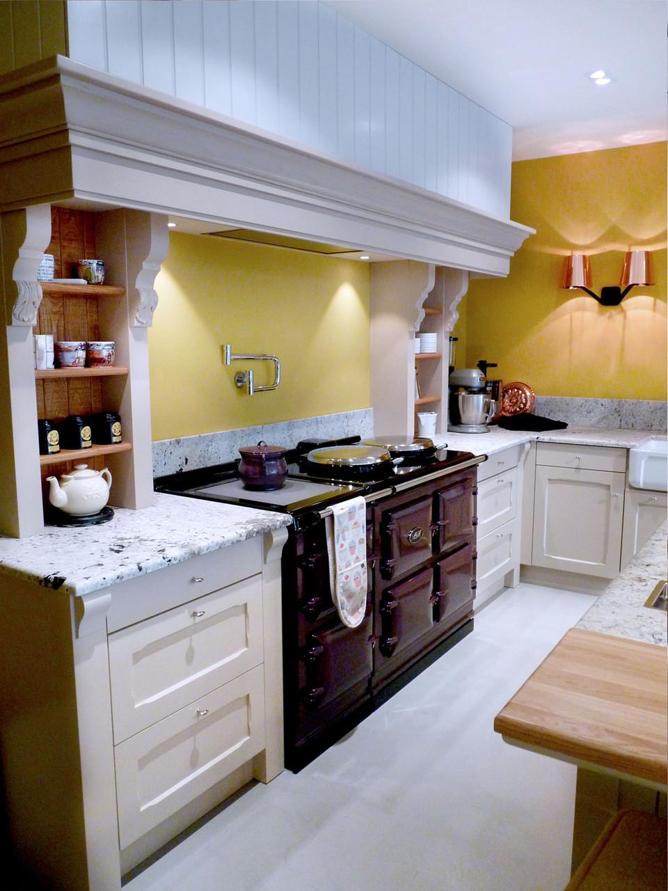 Piano cuisson AGA 5 fours cœur de fonte aubergine, potfiller Dornbracht, hotte menuisée lambris + corbelet