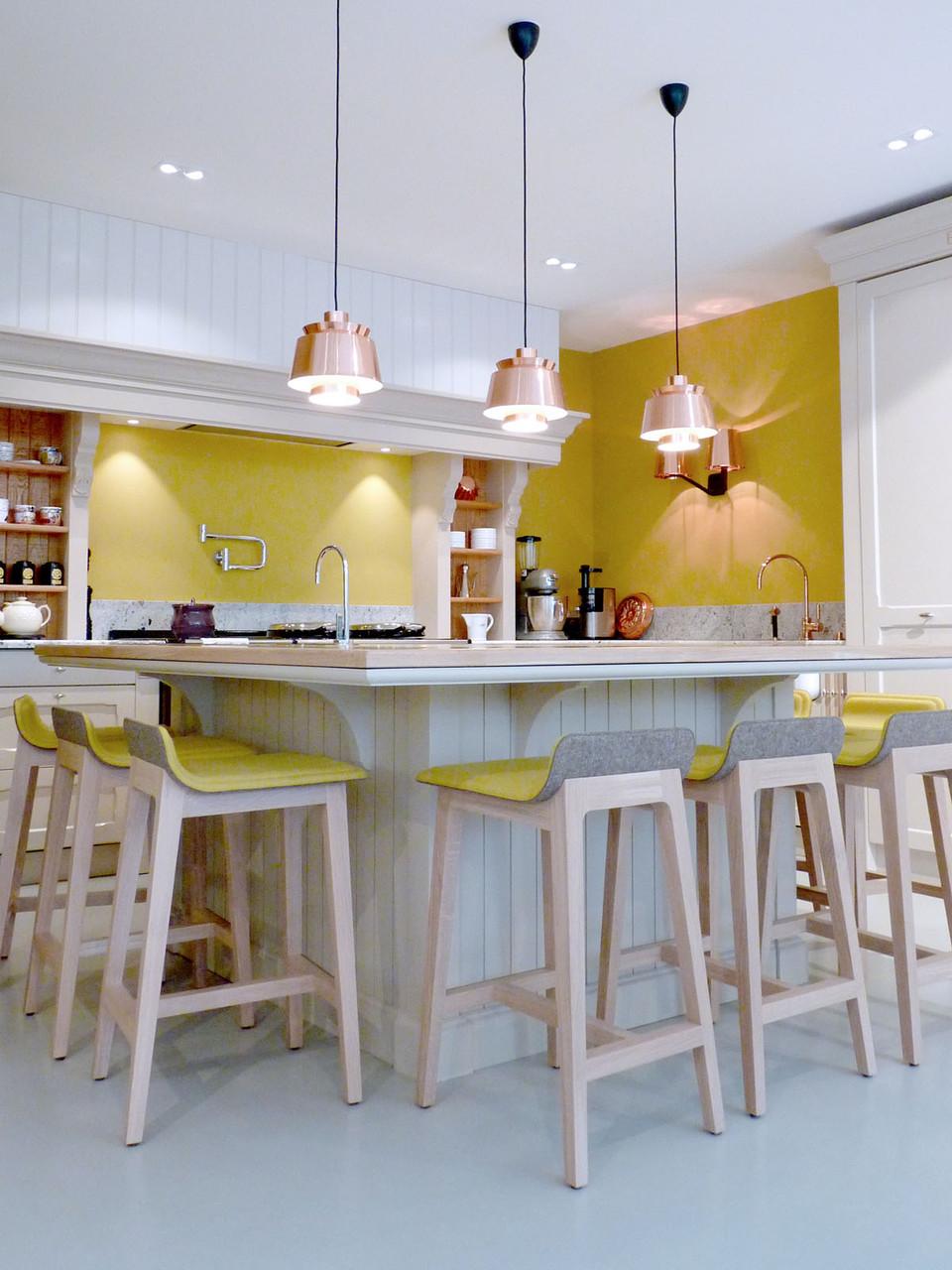 Ilot lambrissé bois massif, chaises hautes Alki, luminaires suspendus en cuivre, (Design Ateliers Malegol - Mathieu Le Guern)