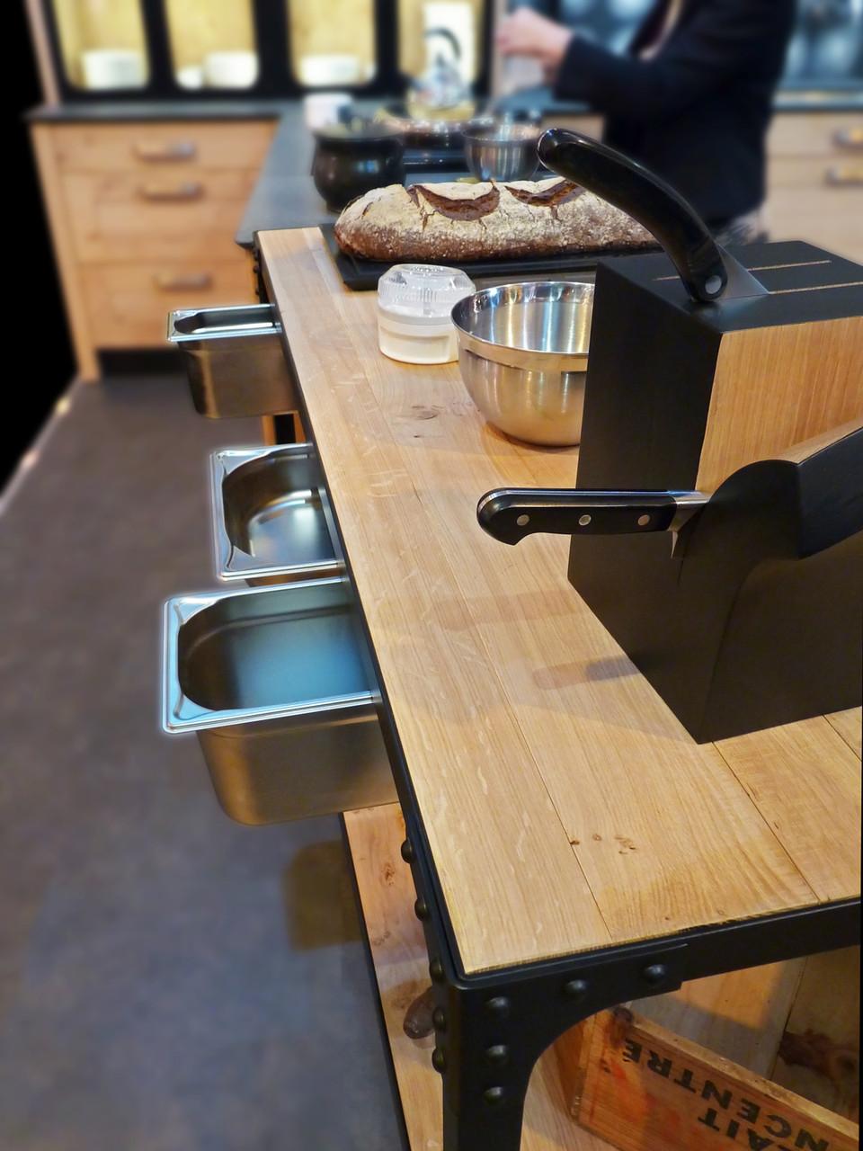 Atelier culinaire , cuisine chêne massif clair, desserte, plan de travail mobile structure acier laqué noir, rivets, bacs gastronormes,