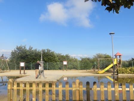 Jan beim Auffüllen der Wasservorräte am Spielplatz