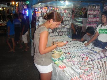 Nagellackauswahl auf dem großen Nachtmarkt