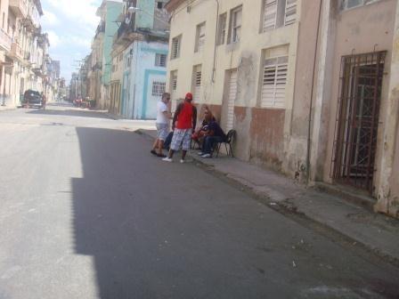 Viel mehr als rumsitzen sahen wir die meisten Cubaner nie...