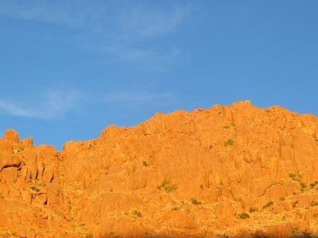 Die Berge leuchteten golden im Sonnenuntergang