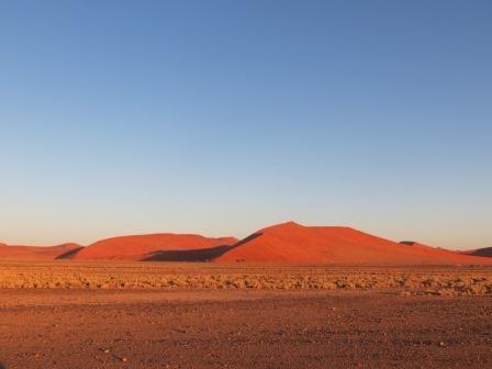 Die Dünen leuchteten glutrot in der untergehenden Sonne